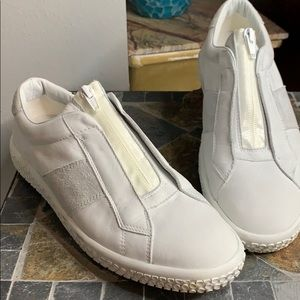 O.X.S Zip Woobie Sneakers in White